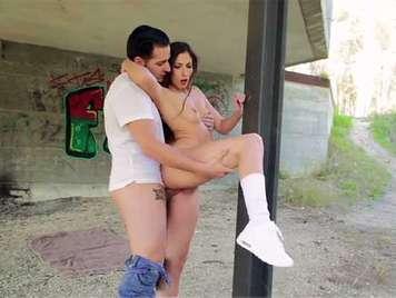 Sexo en publico con una morena francesa debajo de un puente donde recibe una corrida en la boca
