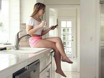 La joven vecinita rubia quiere cguoar la polla del novio de su hermana mayor