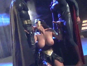 Parodia porno. Batman superman y la mujer maravilla en un super trio de sexo se corren en sus tetas