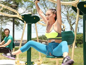 Chica haciendo aerobic en el parque con las mallas rotas enseña el coño