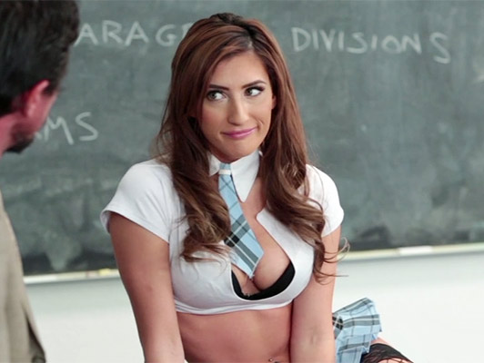 Colegiala cachonda le hace una mamada a su profesor