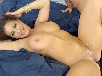 Latina milf con grandes tetas mamando y follando recibe una corrida en su depilado coño