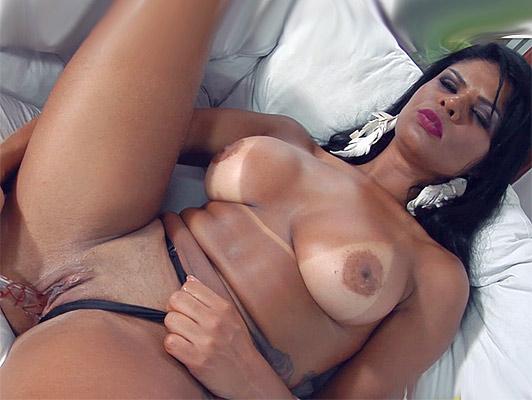Brasileña culona con marcas de bikini masturbandose y chupando una polla