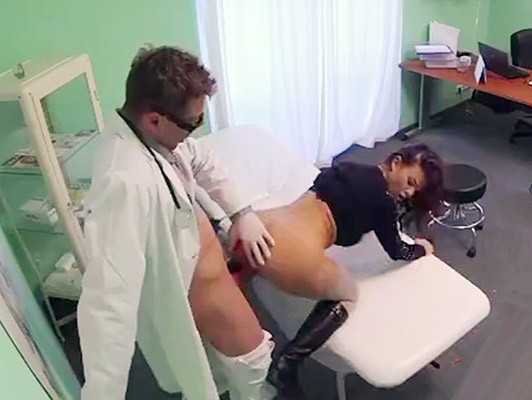 Hidden camera in the doctor's office who fucks from behind a beautiful brunette and cums in her pussy