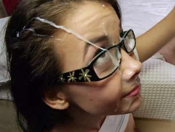 Grande sborrata del viso di una ragazza dolce di 18 anni con gli occhiali