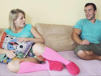 Follando el culo de su hermanastra una adolescente rubia con calcetines