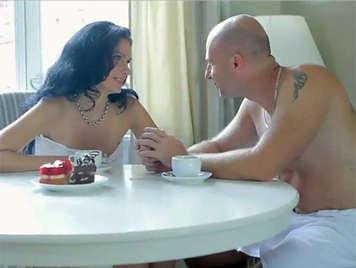 Sexy milf con la sua coppia in un incontro sensuale