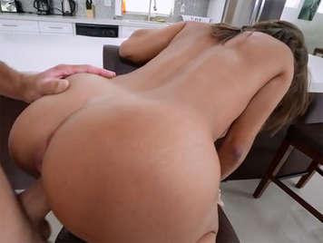 Sesso intenso con una grande ragazza Latina