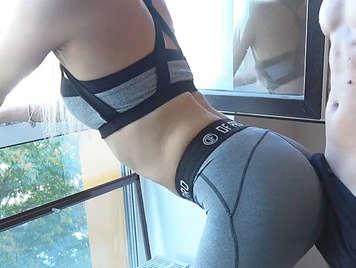 Video amateur vestida con shorts del gimnasio.