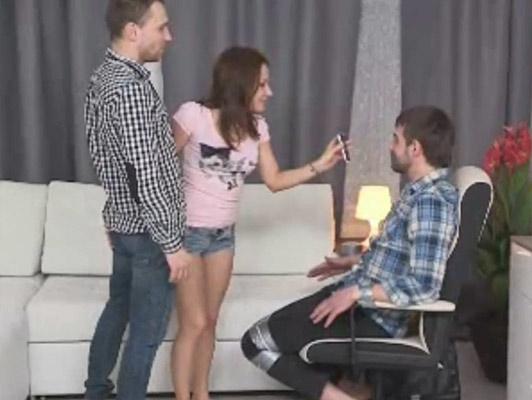 Marito infedele legato a una sedia e lasciarsi punisce le donne scopata da un altro uomo