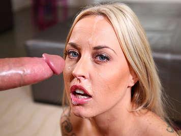 Tettona bionda facendo un pompino e si sborrata in la sua faccia