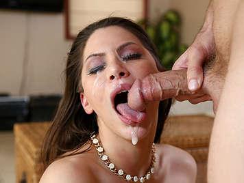 Bruna con grandi tette gioca con un cazzo in bocca ottiene una sborra brutale in faccia