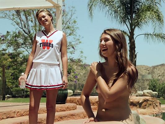 Due cheerleaders lesbiche succhiare figa e masturbarsi a vicenda