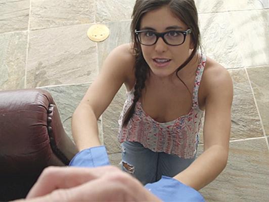Sassy ragazza offre sesso con occhialini per il perdono