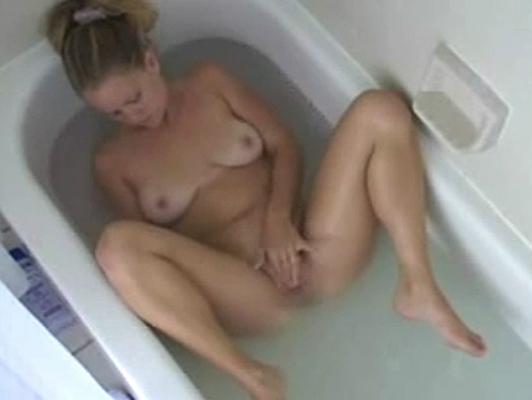 Blonde registrato in una vasca da bagno con una telecamera nascosta