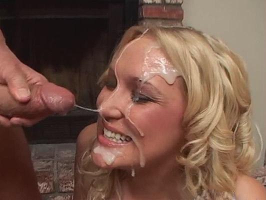Succhiare un cazzo Blonde farcito con sperma ricco, che esplode in faccia