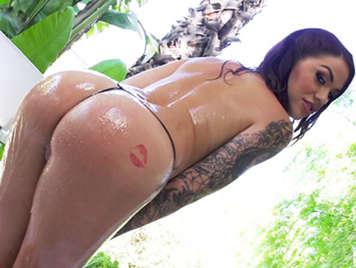 Ragazze sexy scopa bruna tatuato coperti di olio