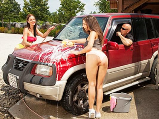 Due belle ragazze fanno trio anale nel lavaggio auto