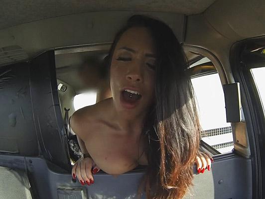 Una piccola cagna con piercing nella lingua e nelle tette scopata in un taxi