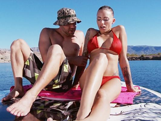 Brunetta Tattooed fare sesso ruvido in bikini sulla spiaggia