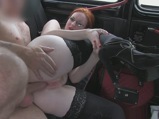Procace rossa naturale di rosa e morbida figa scopa in un taxi soli tette piene di uno spesso flusso di sperma caldo