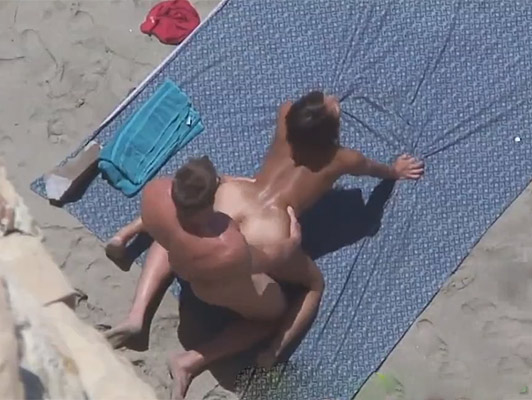 Voyeur films a couple who are hard fucking on the beach on all fours with his broceada skin and a beautiful ass