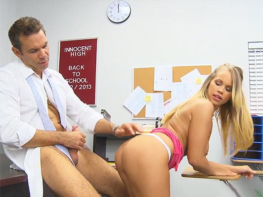 Eiaculazioni interne brutale, con una studentessa bionda scopata con un culo perfetto in classe con il suo tutore si conclude con un figa piena e traboccante di sperma denso