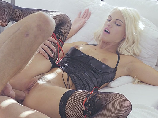 Blonde in sexy lingerie, delicate and deeply fucked by her beautiful ass on all fours, and the guy flowed his sperm over her beautiful ass