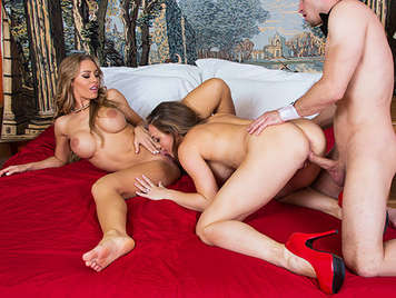 Trio with 2 mature busty MILF fucking fours handing the cumshot between their mouths of cocksuckers