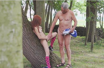 Pelicula porno follando en el camping Voyeur Espiando A Un Viejo Follando Con Una Perra Pelirroja En Un Camping Nudista