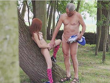 Voyeur espiando a un viejo follando con, una perra pelirroja en un camping nudista