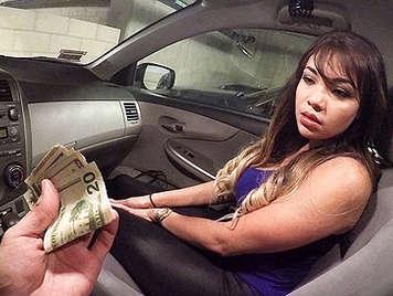 Haciendo una mamada en el coche a cambio de dinero