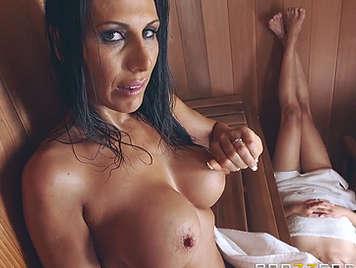 Follando en la sauna con una madura tetona