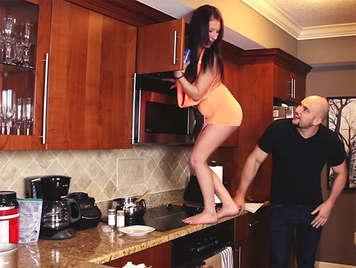 Cazzo in cucina con il piccolo sorellastra