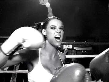 Dos boxeadoras tetudas peleando por la polla del arbitro