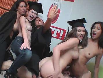 Chicas universitarias follando con el bedel