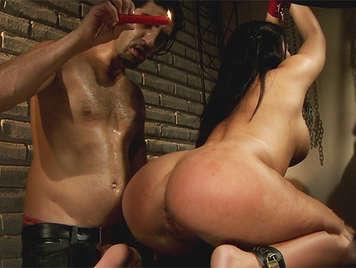 Sexo extremo, morena latina culona atada con las nalgas cubiertas de cera caliente y esperma