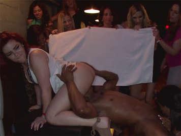 Aus Schritt mit dem Stripper des Tag seiner Abreise