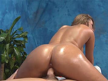 Follando en la camilla de masaje con una morena untada en aceite