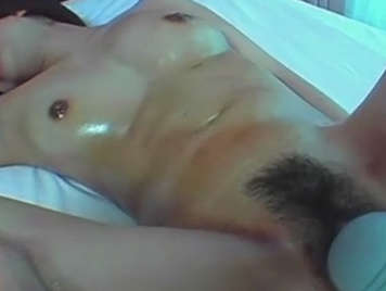 Japonesa de coño peludo follada con juguetes eróticos.