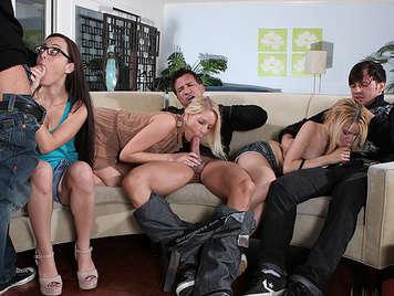 Fiesta de sexo con tres jovenes solteras con ganas de polla en casa de un colega