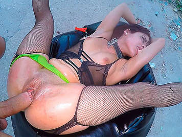 Spanish Porn, smashing her pussy of a brunette in a hardcore scene on the street