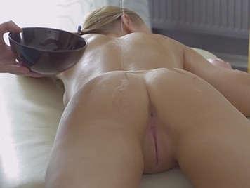 Masaje porno con aceite a una rubia de culo estrecho