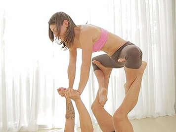 Adolescente de 18 años haciendo aerobic prepara su coño para el sexo duro