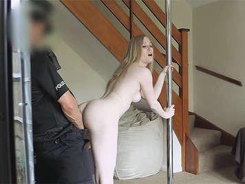Policía follando con una experta estriper culona rubia en Pole dance