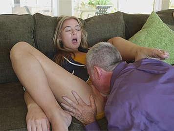 Preciosa jovencita se masturba por webcam - 2 6