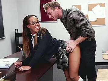 Colegiala mulatita castigada follandola encima de la mesa del profe con gafitas y faldita