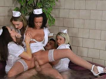 Follando con 4 enfermeras cachondas en el jacuzzi