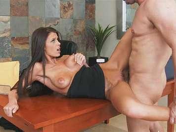 Follando una secretaria eficientemente