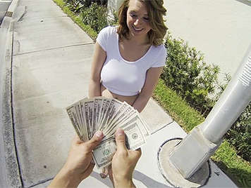 Jovencita rubia tetona con un culazo folla por dinero